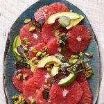 Червена грейпфрутова салата с авокадо и шам фъстък